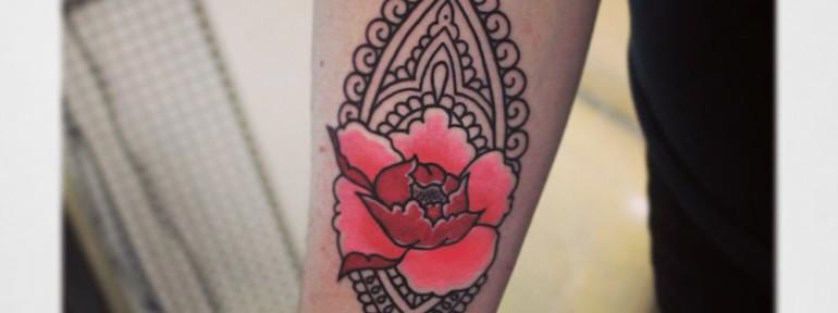 Художественная татуировка «Узор с цветком». Мастер Настя Стриж.