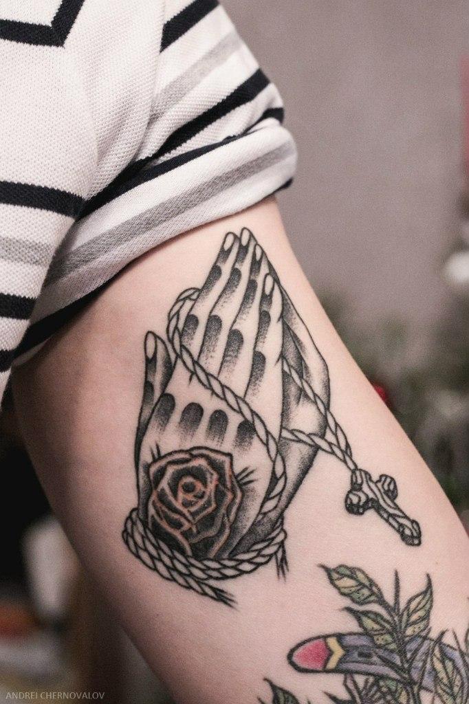 Художественная татуировка «Руки с четками». Мастер Андрей Черновалов. По собственному дизайну. Расположение: плечо. Время работы 2 часа.