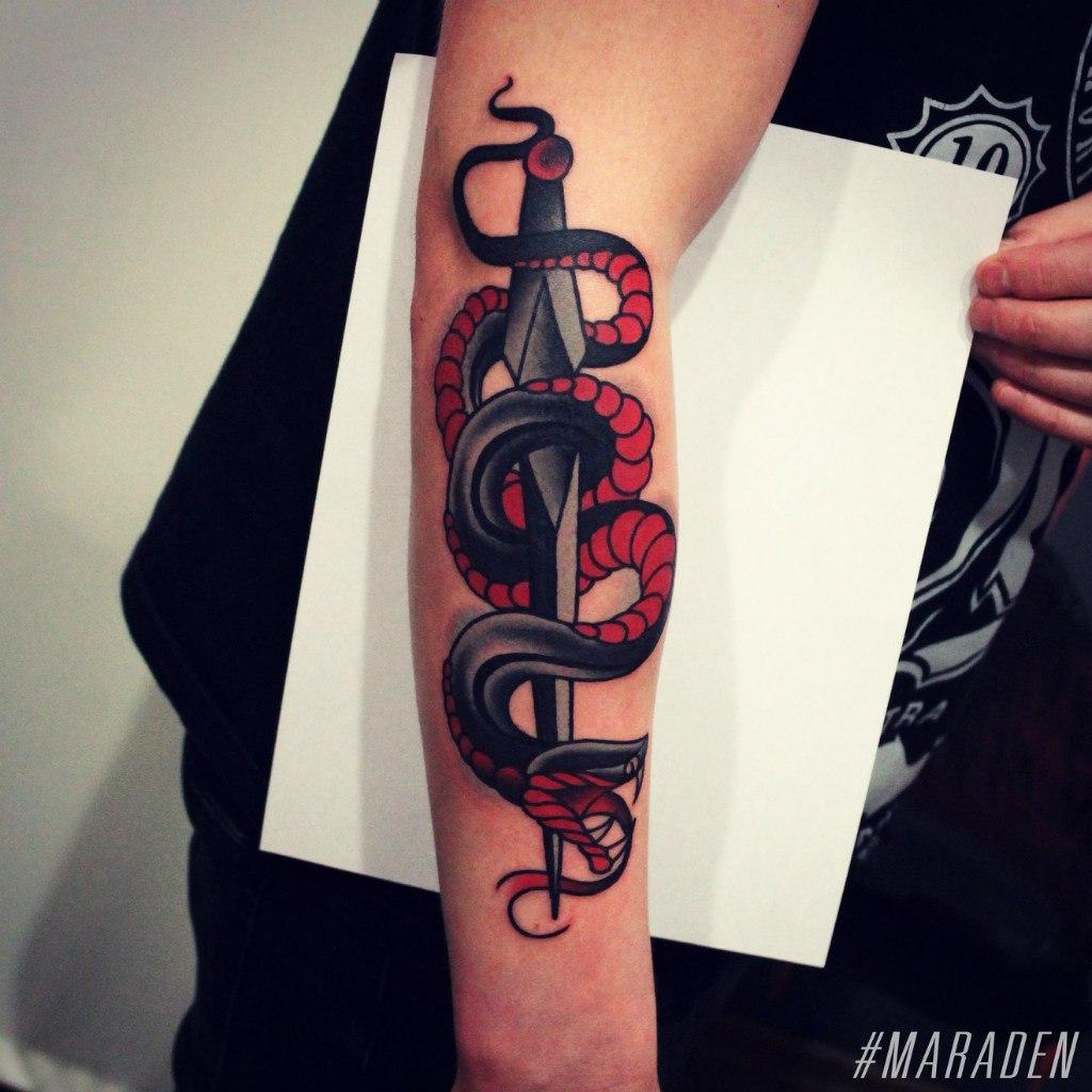 Художественная татуировка «Кинжал и змея». Мастер Денис Марахин. По собственному эскизу. Расположение: предплечье. Время работы: 4 часа.
