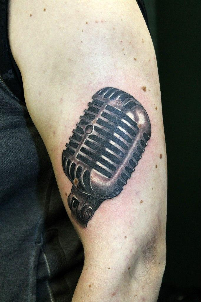 """Художественная татуировка """"Микрофон"""". Мастер Нияз Фахриев."""