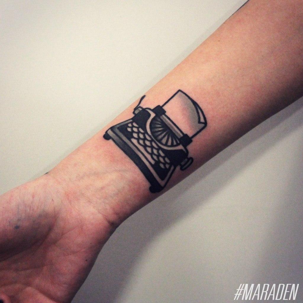 Художественная татуировка «Печатная машинка». Мастер — Денис Марахин.