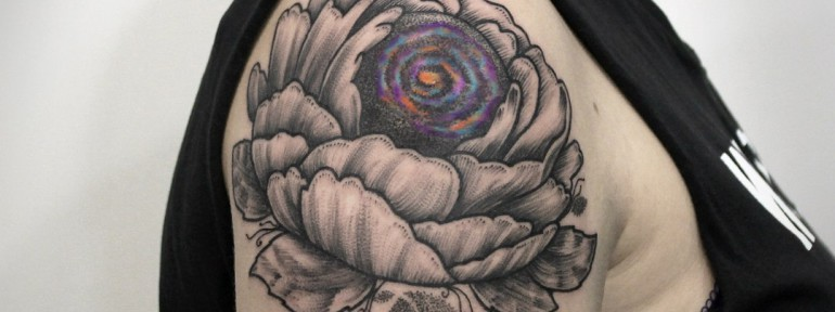 Художественная татуировка «Космос в цветке». Мастер — Инесса Кефир.