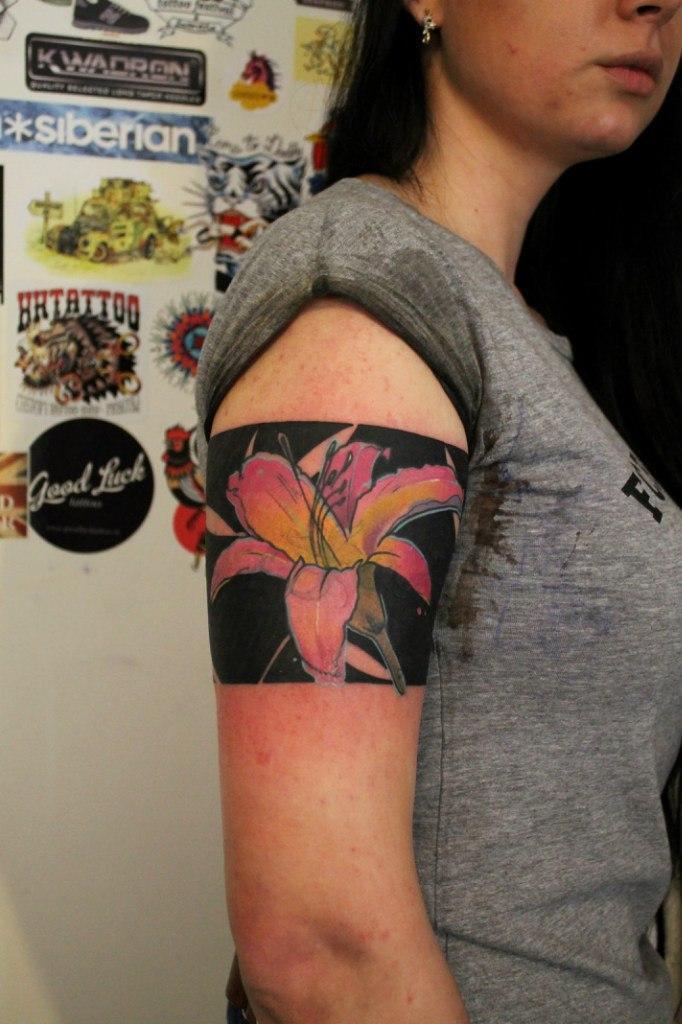 Художественная татуировка «Лилии». Мастер — Саша Новик