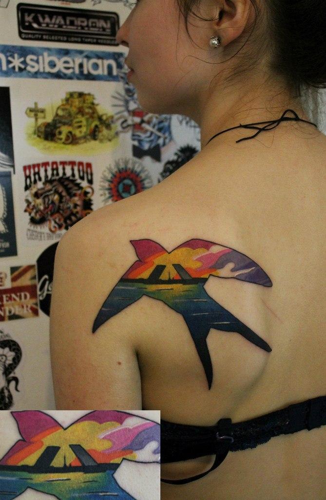 Художественная татуировка «Ласточка». Мастер — Саша Новик
