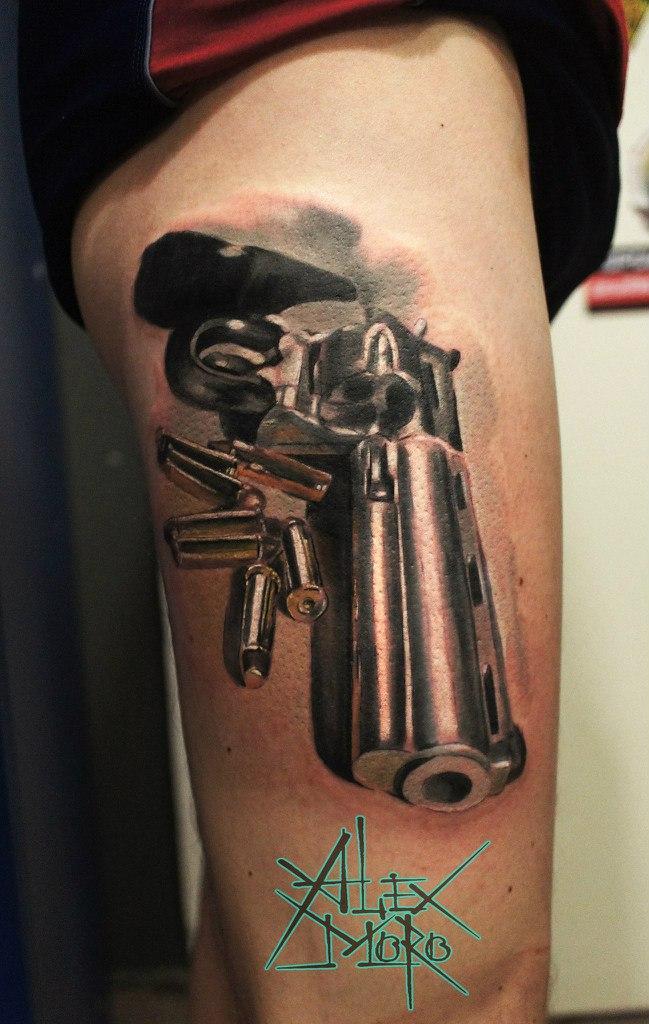 """Художественная татуировка """"Пистолет"""" от Александра Морозова"""