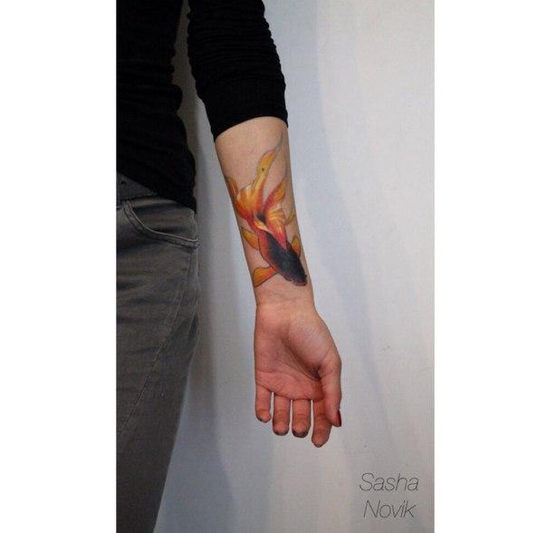 Художественная татуировка «Рыбка». Перекрытие некачественной татуировки. Мастер — Саша Новик. Расположение — предплечье. Время работы — 3 часа. По своему эскизу