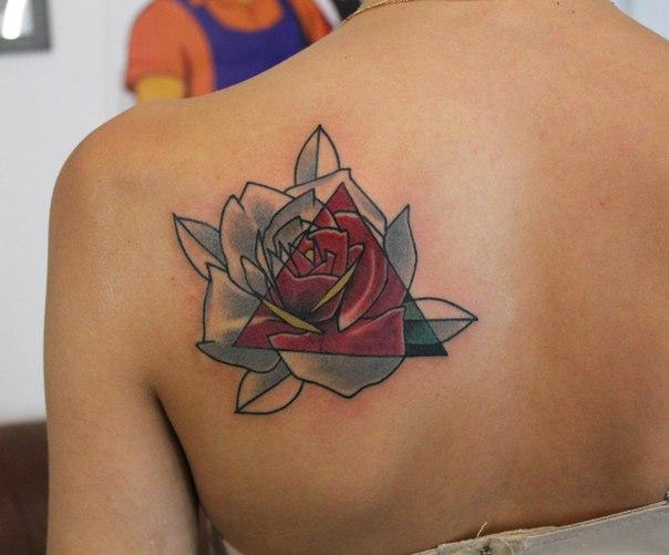 Художественная татуировка «Роза». Мастер — Саша Новик. Расположение — лопатка. Время работы — 3 часа. По своему эскизу