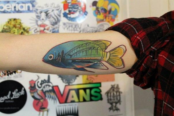 Художественная татуировка «Рыбка». Мастер — Саша Новик. Расположение — бицепс. Время работы — 4 часа. По своему эскизу