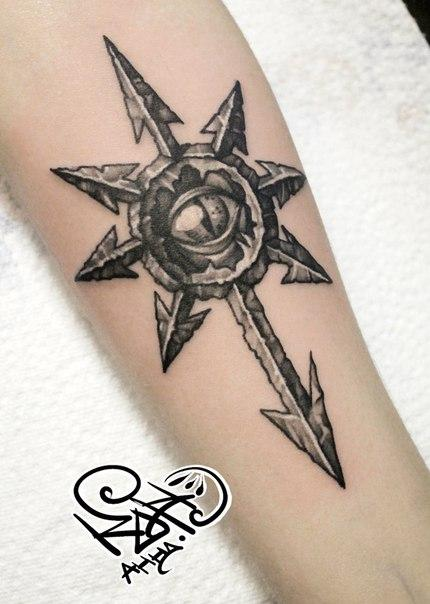 Художественная татуировка «Звезда хаоса». Мастер — Анна Корь. Расположение — предплечье. Время работы — 1,5 часа. По идее клиента