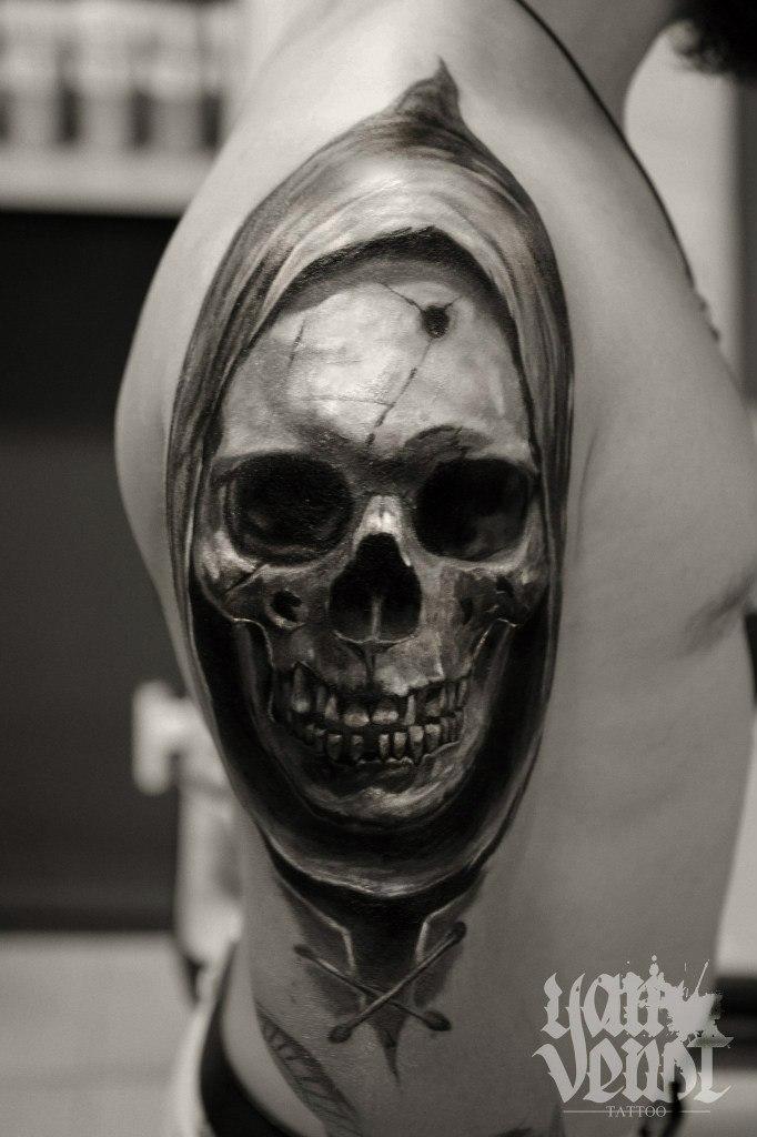 """Художественная татуировка """"Череп"""". Мастер Ян Енот."""