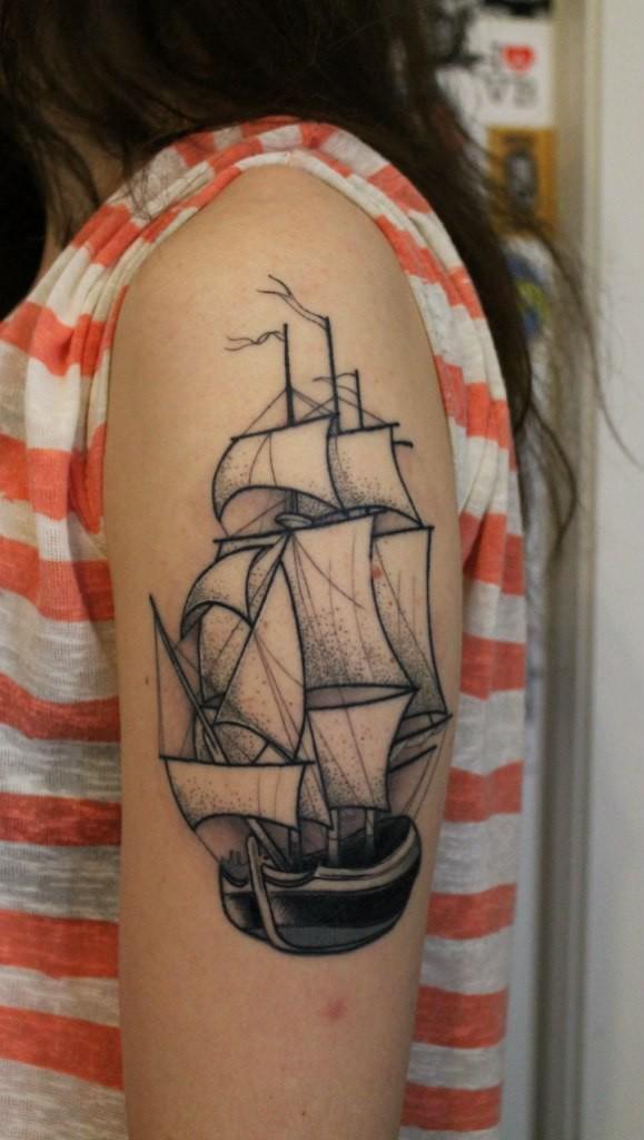 Художественная татуировка «Парусник». Мастер — Саша Новик. Расположение — плечо. Время работы — 2 сеанса. По собственному эскизу.