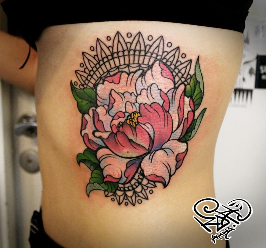 Художественная татуировка «Пион». Мастер — Анна Корь. Расположение — бок. Время работы — 3 часа часа. По собственному эскизу.