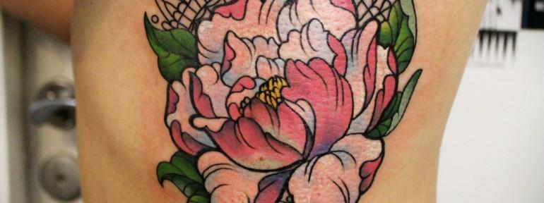 Художественная татуировка «Пион». Мастер — Анна Корь