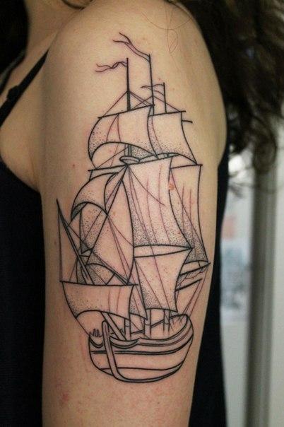 Художественная татуировка «Парусник» после первого сеанса. Мастер — Саша Новик. Расположение — плечо. Время работы — 2 часа. По своему эскизу