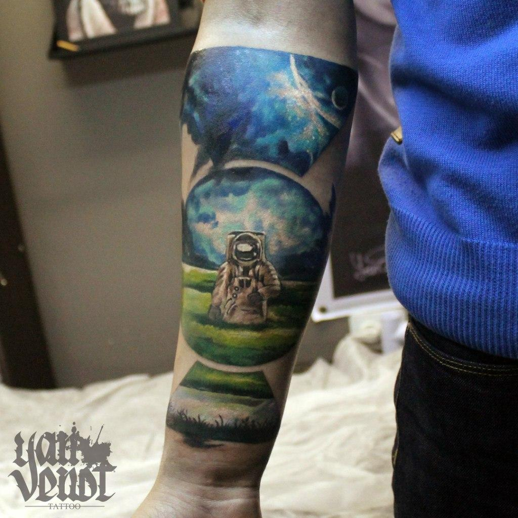 """Художественная татуировка """"Космонавт"""". Мастер Ян Енот."""