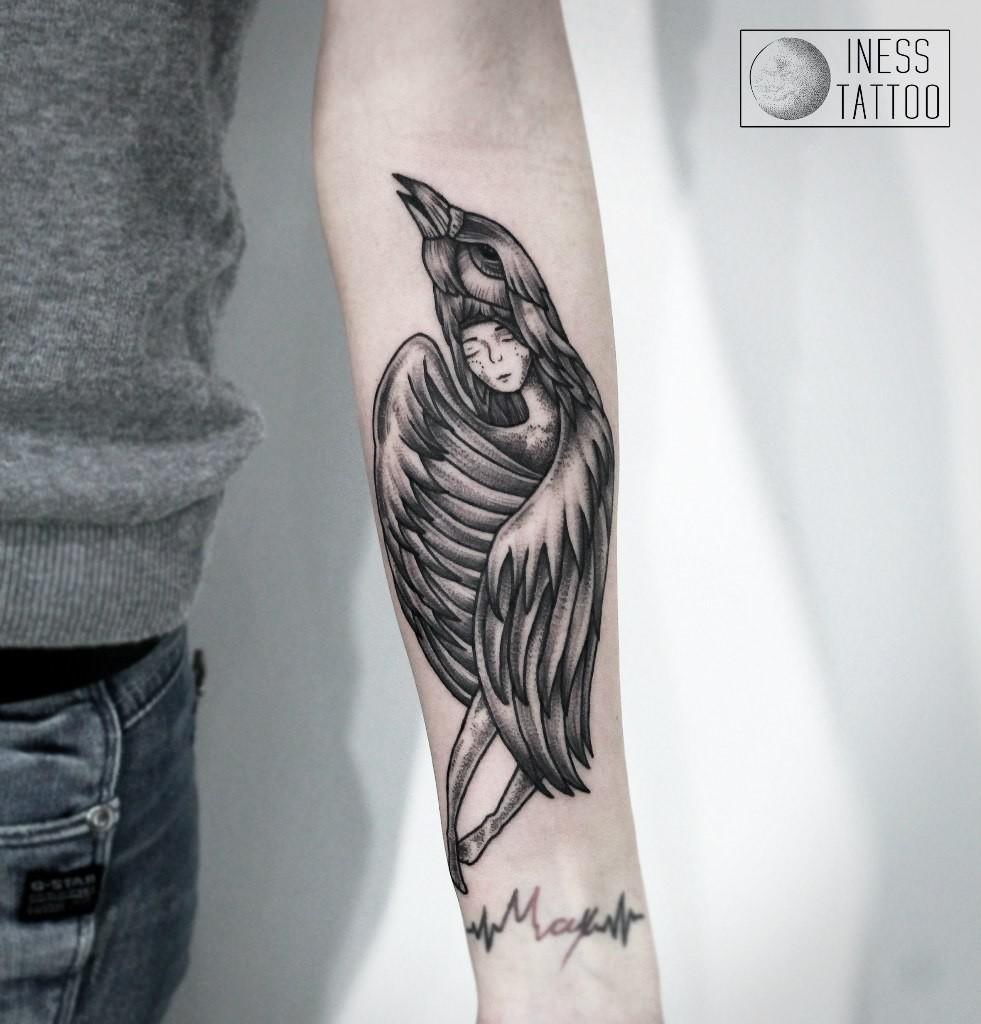 Художественная татуировка «Девушка и ворон» Мастер — Инесса Кефир. Расположение — предплесье. Время работы — 5 часов. По своему эскизу