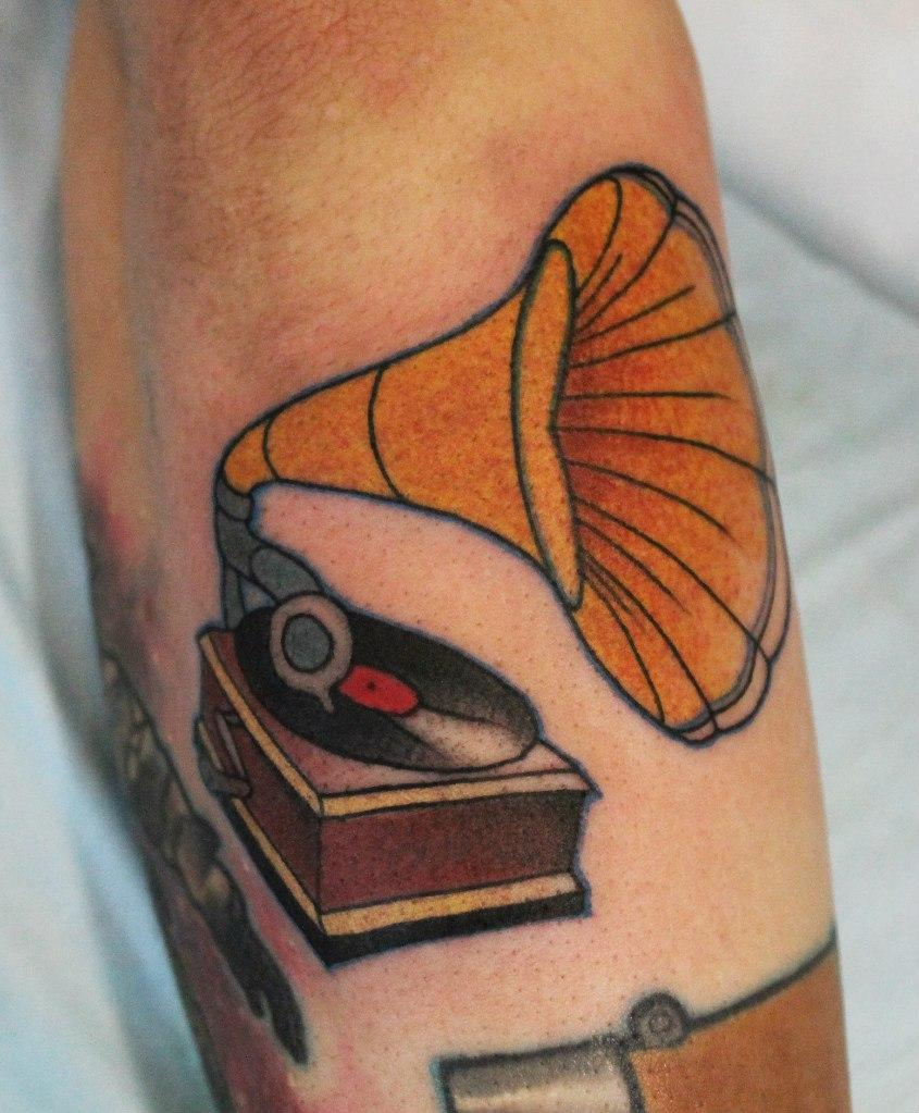 Художественная татуировка «Граммофон». Мастер — Саша Новик. 1 сеанс. Расположение — предплечье. По собственному эскизу.