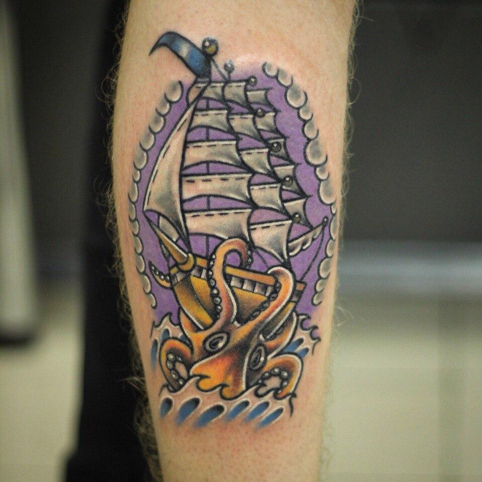 """Художественная татуировка """"Корабль"""". Мастер Ил Берёза. Традиционный стиль. Цветная татуировка."""
