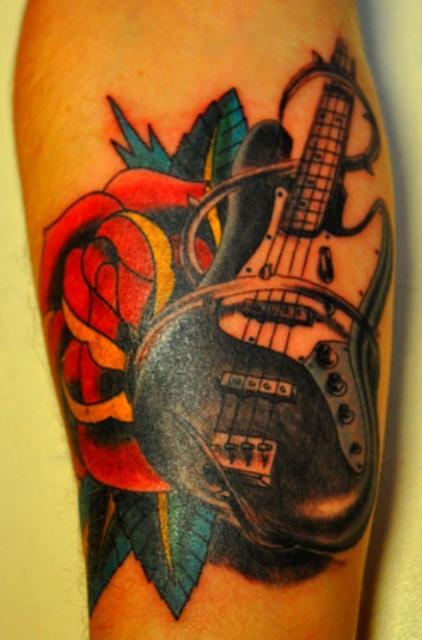 Мастер художественной татуировки Игорь Чирков - Тату студия Maruha. Татуировка гитара и роза