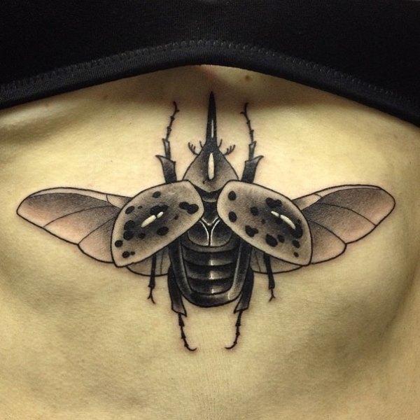 Татуировка божья коровка летящая - под грудью у девушки