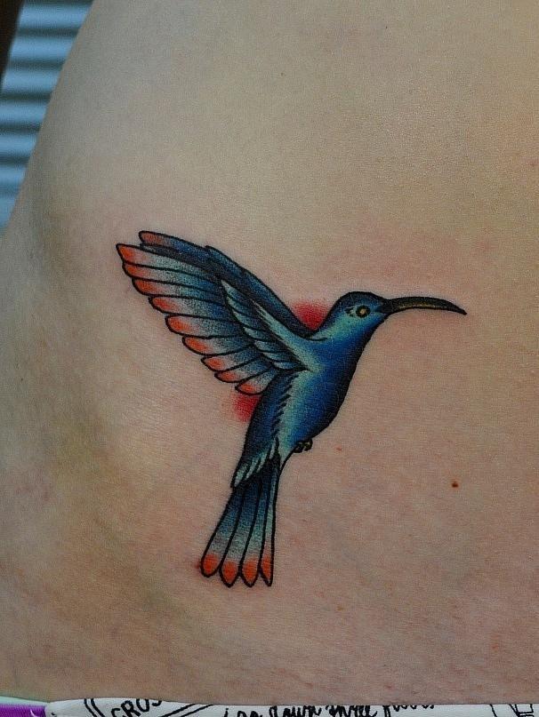 Татуировка колибри. Татуировка выполнена на боку живота. По индивидуальному эскизу для девушки. Время работы - 1
