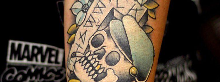 Художественная татуировка «Череп с крестом». Мастер Ил Берёза