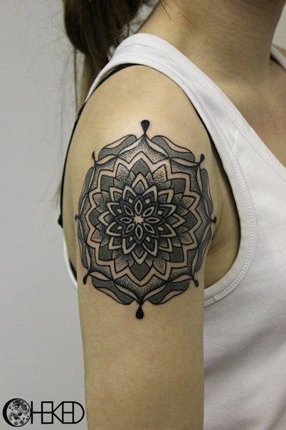 Художественная татуировка Мандала на плече