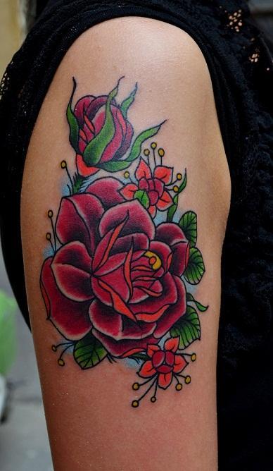 Татуировка роз выполнена на плече