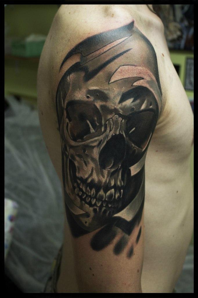Художественная татуировка Череп на плече