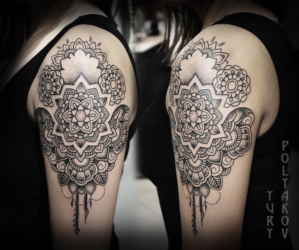 Художественная татуировка Мандалы на плече