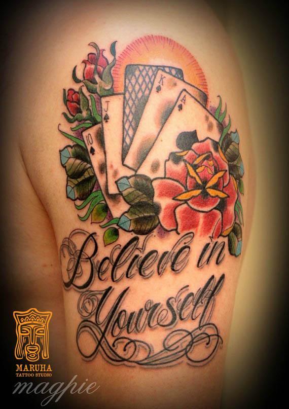 Неотрадиционная татуировка карт и роз