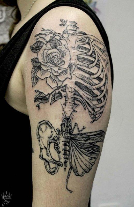 Тату скелет с розой и бабочкой на плече