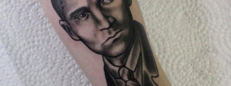 Художественная татуировка «Кафка». Мастер Дима Поликарпов