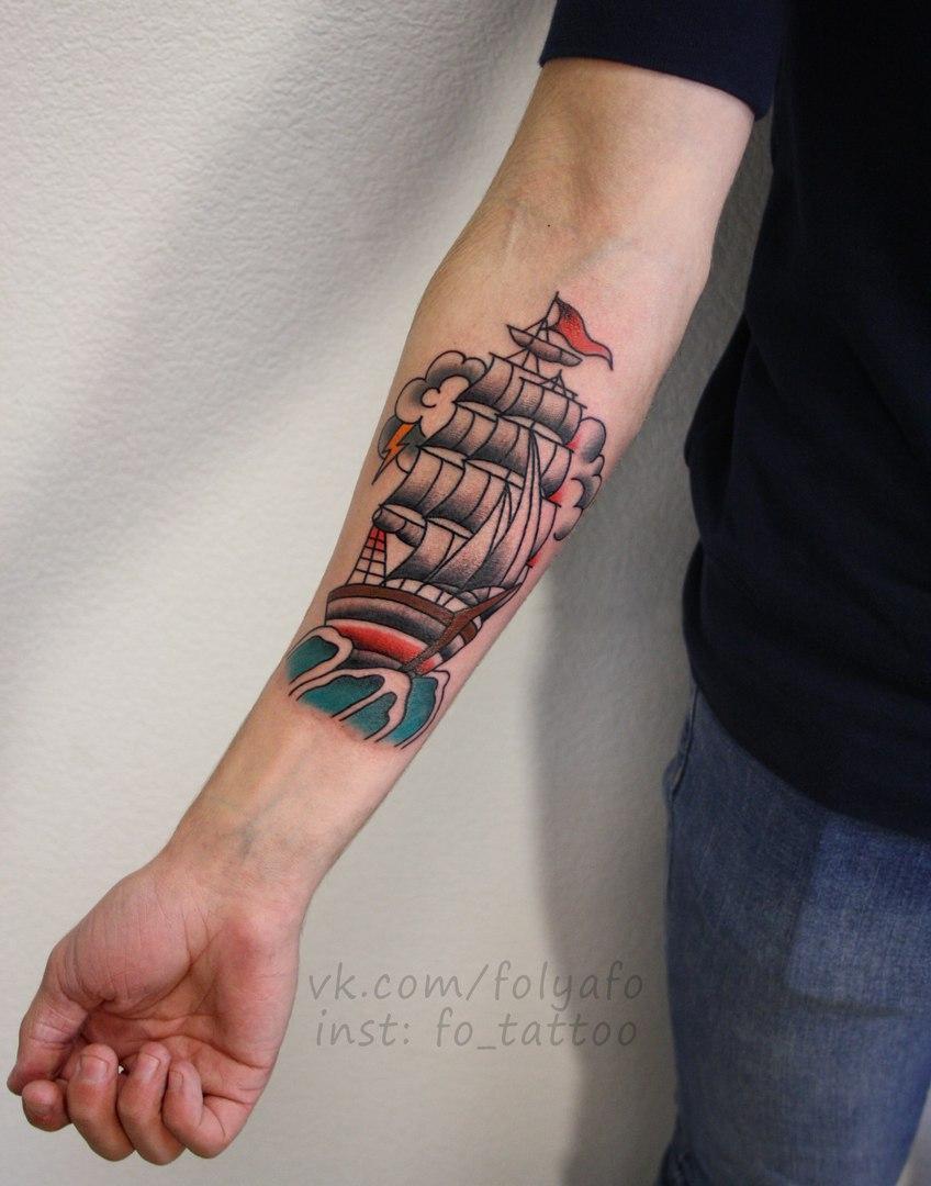Корабль в олдскуле. Традиционная татуировка. Расположение: предплечье.