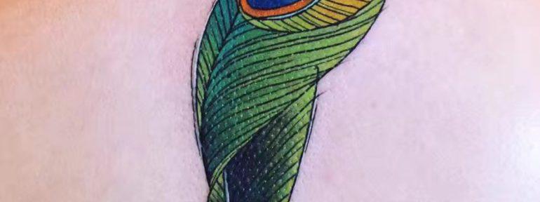 Художественна я татуировка «Перо». Мастер Александр Новик.
